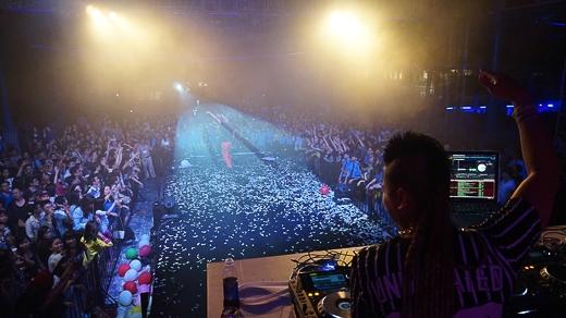 Không chỉ là người tạo ra bản phối remix, Wang Trần còn góp phần lan truyền ca khúc nổi đình nổi đám không thua gì ca sĩ thể hiện. Điều đó đã được chứng minh qua thành công của Bay, Hot, Đường cong, Taxi.