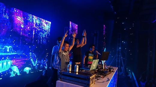 DJ người nước ngoài (Scott) đã dành những lời khen cho Wang Trần 'Tôi thích bản remix này. Tôi ghi nhận việc đầu tư giai điệu, style remix rất Mỹ mà DJ Wang đã đưa vào ca khúc, nghe rất hiện đại, phong cách rất Tây. Âm nhạc Việt Nam đã phát triển nhiều'