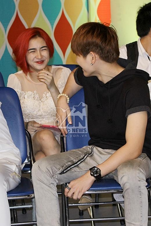 Kelvin Khánh và Hòa Minzy nói chuyện có vẻ rất hợp nhau. - Tin sao Viet - Tin tuc sao Viet - Scandal sao Viet - Tin tuc cua Sao - Tin cua Sao