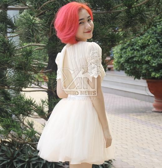 Hòa Minzy nhẹ nhàng trong chiếc váy khá nữ tính, bên cạnh mái tóc đỏ nổi bần bật. - Tin sao Viet - Tin tuc sao Viet - Scandal sao Viet - Tin tuc cua Sao - Tin cua Sao