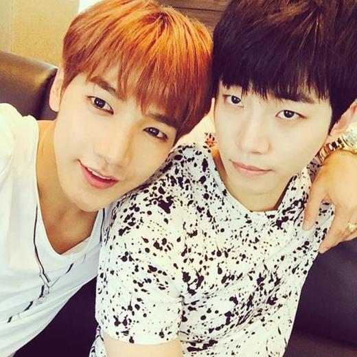 Jun.K bất ngờ cảm thấy trẻ cùng vớ Junho, anh đăng tải bức hình và nói rằng: Trông chúng ta vẫn còn trẻ chán nhỉ?