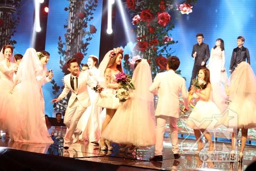Chương trình đã mở màn bằng tiết mục đám cưới nhầm vô cùng đáng yêu và ấn tượng để giới thiệu 7 cặp đôi.