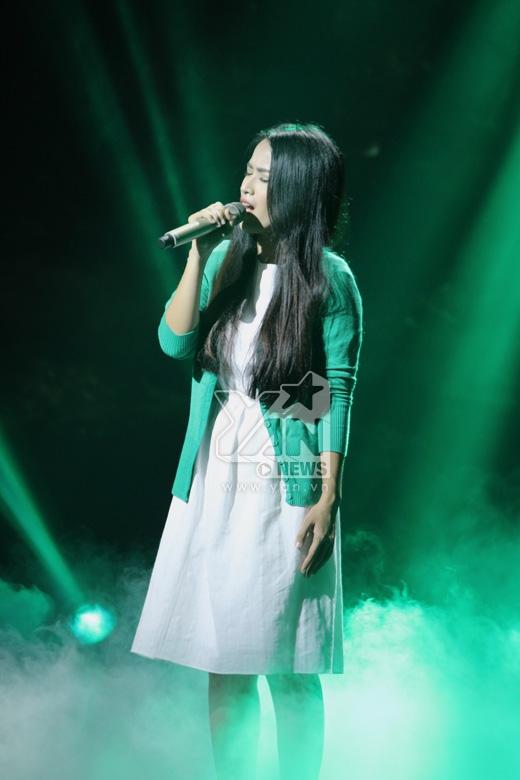Ma nữ Tú Vi đã gây bất ngờ với khả năng ca hát của mình, cô trình diễn kỹ thuật không chút kém cạnh nửa kia Bùi Anh Tuấn.