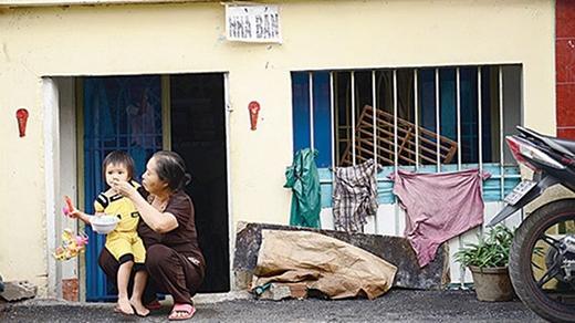 Hai bà cháu bà Phạm Thị Tỵ, nhà số 17 lô C đường Phạm Văn Chí, quận 6, TP.HCM trước ngôi nhà đang rao bán của mình.