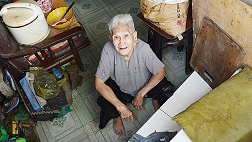 Bà Nguyễn Thị Tý (78 tuổi, 1007/3 Lò Gốm, quận 6, TP.HCM) rất ít khi ra khỏi nhà vì phải leo lên rất khó khăn.