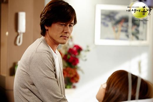 Dong Ha luôn bên cạnh Bom Yi trong những ngày chống chọi với bệnh tật