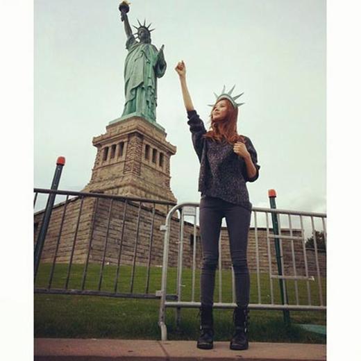 Seohyun bất ngờ khoe hình tạo dáng giống tượng nữ thần tự do với nội dung: 'Tự do là gì nào?'