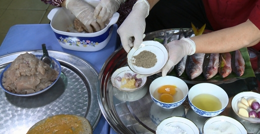 Hành tím, tỏi bằm, trứng, dầu ăn, bột bắp, tiêu, muối là những gia vị cần để làm món chả cá.