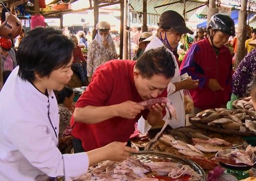 Hải sản ở chợ Xóm Mới nổi tiếng là tươi ngon.