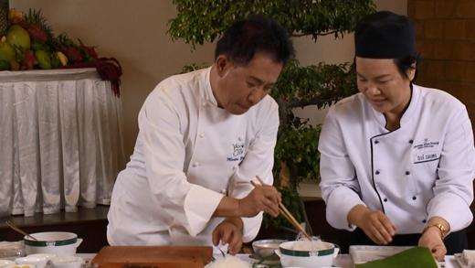 Martin Yan háo hức muốn tập làm thử ngay món chả giò vừa học được.
