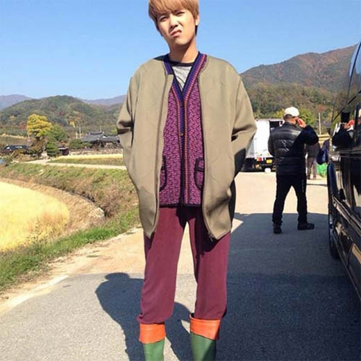 Lee Hong Ki lại khoe tạo hình 'nhà quê' trong phim mới khiến fan vô cùng thích thú
