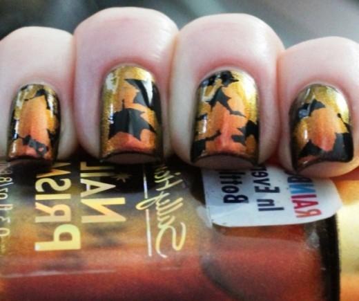 Mẫu nail này hết sức tinh tế với sự kết hợp đen - vàng, cam đồng ấn tượng.