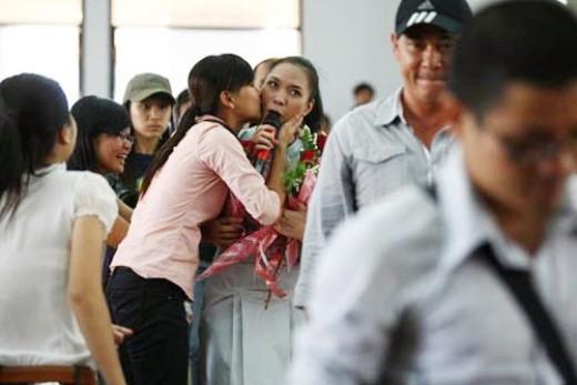 Mỹ Tâm đang cố gồng lên để không làm rớt micro vì bất ngờ nhận được nụ hôn của người hâm mộ. - Tin sao Viet - Tin tuc sao Viet - Scandal sao Viet - Tin tuc cua Sao - Tin cua Sao