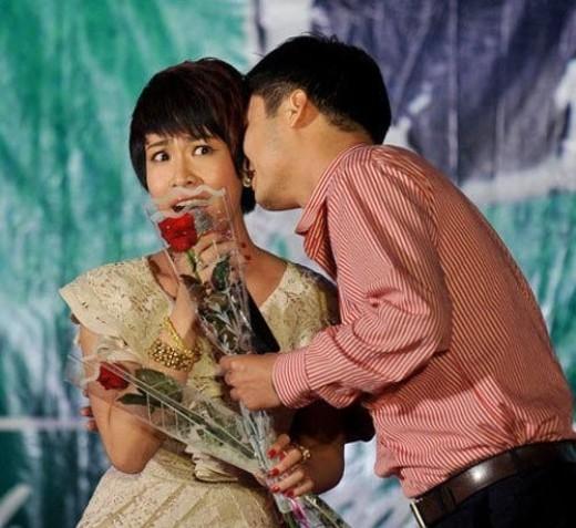 Uyên Linh quá bất ngờ khi nhận được nụ hôn từ một vị khán giả nam đầy lịch lãm này trên sân khấu. - Tin sao Viet - Tin tuc sao Viet - Scandal sao Viet - Tin tuc cua Sao - Tin cua Sao