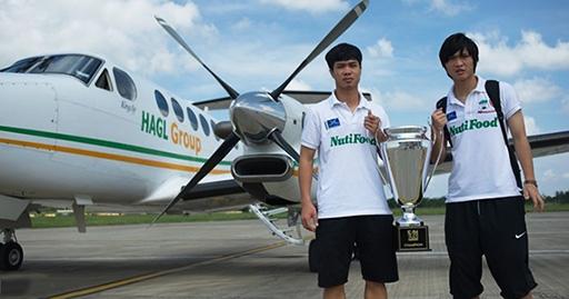 Công Phượng, Tuấn Anh bên chiếc Cup vô địch tại sân bay Cần Thơ.