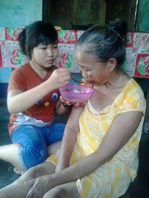 Sau giờ học ở trường, về nhà Thanh chăm sóc mẹ - Ảnh: Triều Sơn