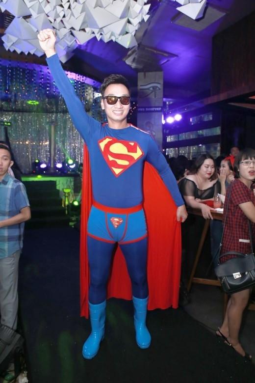 Thành Trung trở thành MC của đêm tiệc, anh làm khán giả bật cười giòn giã khi đưa họ từ bất ngờ này đến thú vị khác. - Tin sao Viet - Tin tuc sao Viet - Scandal sao Viet - Tin tuc cua Sao - Tin cua Sao