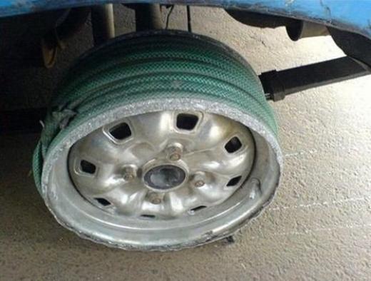 Bánh xe chẳng may bị nổ lốp và các bác tài đã có cách