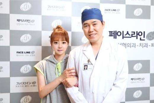 Kim Jin chụp ảnh cùng bác sĩ phẫu thuật thẩm mỹ.
