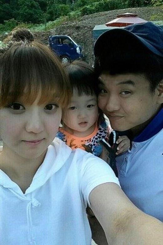 Hình ảnh Kim Jin chụp ảnh cùng chồng con sau đó.