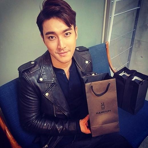 Siwon vui vẻ nhận món quà cafe của nhãn Hadium