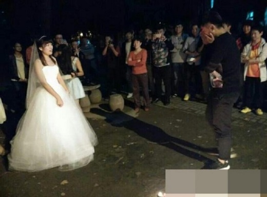Cảm động trước nữ sinh mặc váy cưới cầu hôn bạn trai