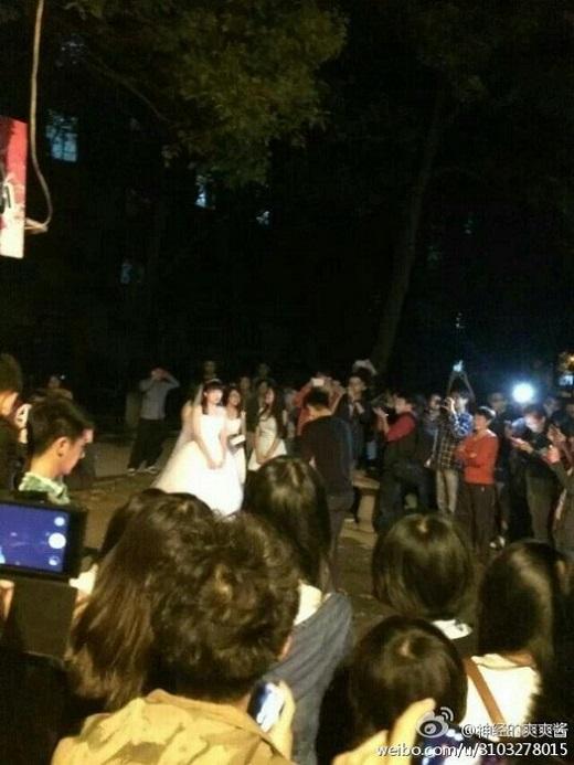 Đám đông xung quanh cũng hết lòng chúc phúc cho cả hai