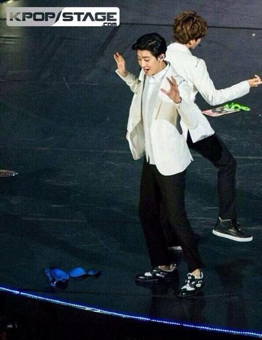 Chanyeol hốt hoảng với đồ lót trên sân khấu