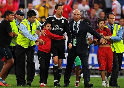 """CĐV nhí """"tấn công"""", quyết không rời C.Ronaldo"""