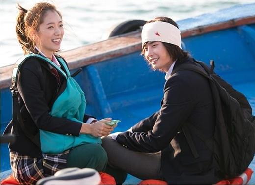 Park Shin Hye phá cách với đồng phục học sinh