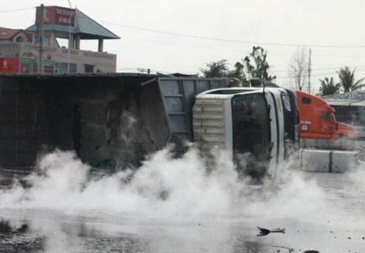 Hàng nghìn lít axít bốc khói nghi ngút giữa đường