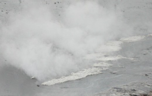 Lực lượng cảnh sát PCCC tỉnh Đồng Nai điều 3 xe chữa cháy đến xịt nước tẩy rửa axít. Khoảng 2 giờ sau hiện trường vụ tai nạn mới được giải quyết xong.