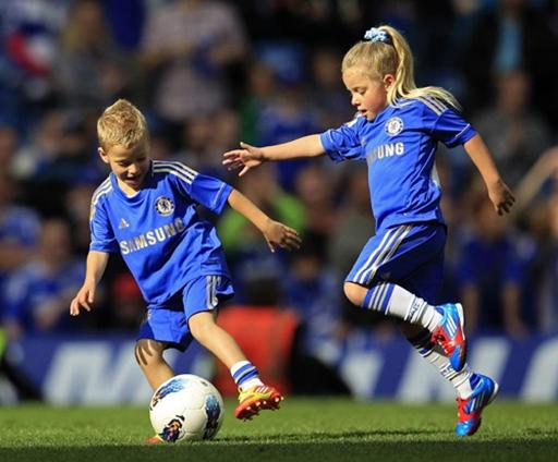 Terry khoe con gái giỏi đá bóng