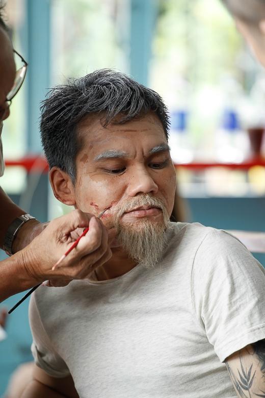 Cận cảnh màn hóa trang thành ông lão 70 tuổi của Khắc Việt - Tin sao Viet - Tin tuc sao Viet - Scandal sao Viet - Tin tuc cua Sao - Tin cua Sao