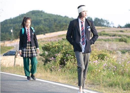Lee Jong Suk bị thương nhưng vẫn cõng Park Shin Hye