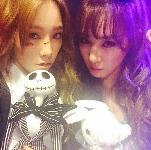 Trong khi Tiffany hóa trang thành cô nàng Alice trong xứ thần tiên, thì Taeyeon hóa trang thành nhân vật trong The Nightmare Before Christmas.