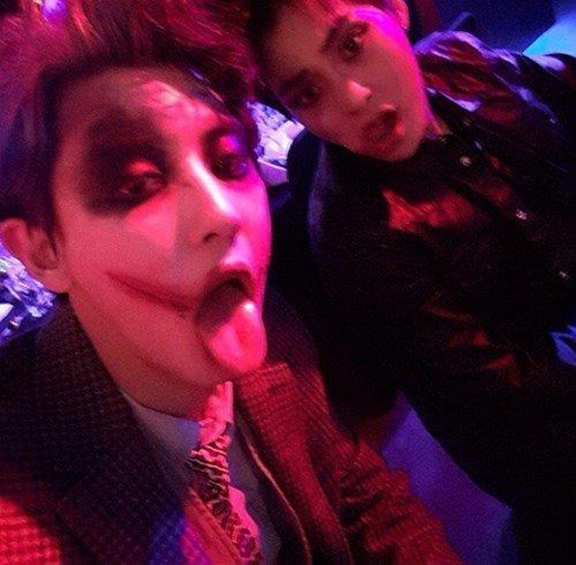 Chanyeol hóa trang thành Joker trong khi Xiumin lại khiến người khác khiếp sợ với đôi mắt đen của mình.