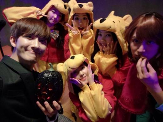 Zhoumi và Heechul cũng không quên khoe hình cùng 4 chú gấu Pooh (Red Velvet) cực dễ thương