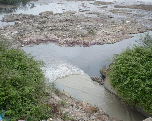 Dòng nước đen ngòm, đang có nguy cơ bị làng nghề Dương Ô bức tử.