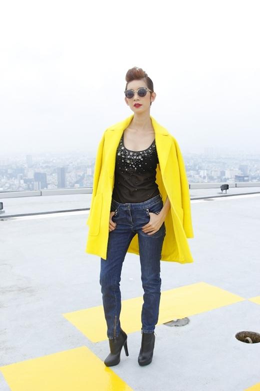 Xuân Lan 'quyền lực' trong bộ trang phục mạnh mẽ khi kết hợp với áo khoác và đôi giày boots đen.