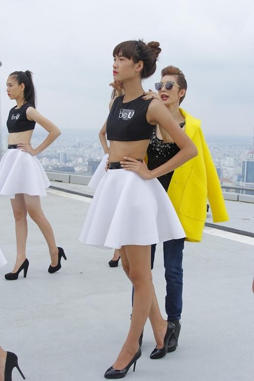 Xuân Lan truyền đạt kĩ năng catwalk cho các bạn thí sinh nữ.