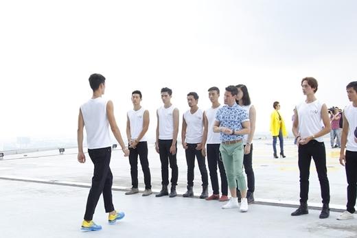 Adam Williams chịu trách nhiệm đào tạo catwalk cho những thí sinh nam.