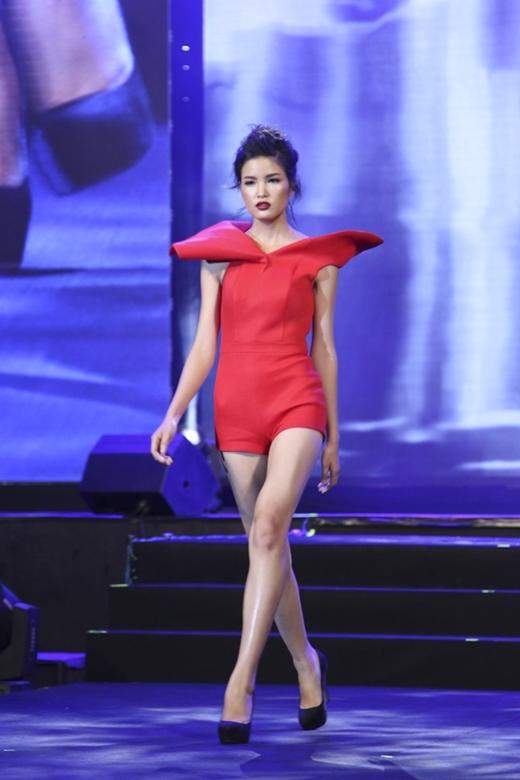7 thí sinh nữ của Top 16 VNTM so tài catwalk cùng đàn chị chuyên nghiệp