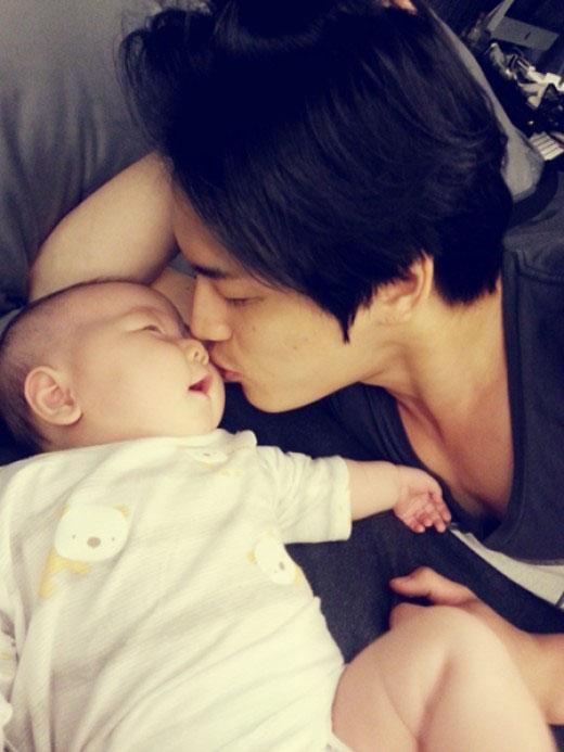 Jaejoong không chỉ đốn tim các fan nữ bởi vẻ điển trai của mình, mà cách anh yêu thương những đứa trẻ cũng khiến các fan mê mệt. Từ những cử chỉ ngọt ngào của mình, Jaejoong hoàn toàn có thể trở thành một người cha tuyệt vời trong tương lai.