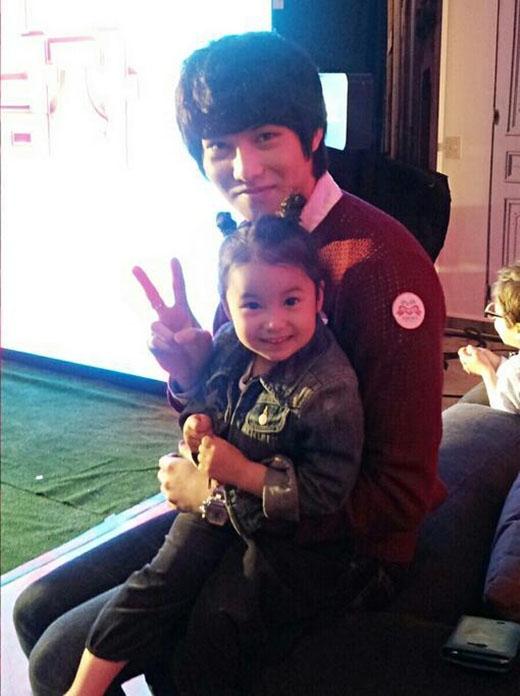 Với gương mặt hiền lạnh và phúc hậu của Lee Jong Hyun không chỉ thu hút phái nữ, mà ngay đến cả trẻ em cũng dành nhiều tình cảm cho anh. Các thành viên CN Blue đã từng có những bức ảnh chụp cùng trẻ sơ sinh và hình ảnh đó khiến các fan có thể tin rằng Lee Jong Hyun nhất định sẽ trở thành người cha tốt.