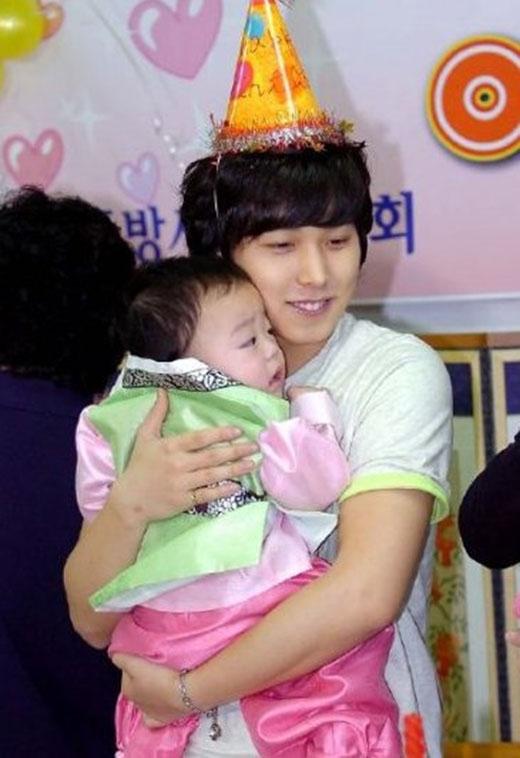 Trước đây, Super Junior từng đến thăm một trại trẻ mồ côi và người hâm mộ đã thấy được hình ảnh Sungmin thể hiện tình yêu ngọt ngào với các em nhỏ.