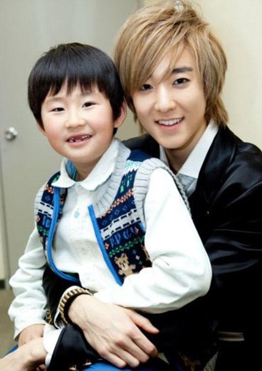 Kevin (U-Kiss) là một trong những thần tượng nổi tiếng với sự ngọt ngào và quyến rũ của mình. Không những vậy, anh còn chiếm được rất nhiều tình cảm của các em nhỏ. Vì vậy, các fan nghĩ rằng Kevin chắc chắn sẽ trở thành một người bố tuyệt vời.