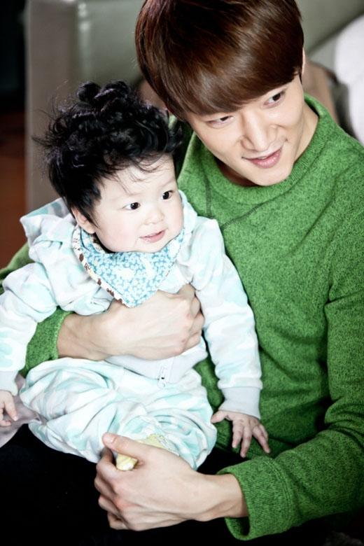 Trong hậu trường phim Emergency Couple, nhiều người đã bắt gặp hình ảnh Choi Jin Hyuk dịu dàng chơi đùa với trẻ con khiến họ vô cùng thích thú. Chính vi những điều này, cũng khiến người khác nghĩ rằng Choi Jin Hyuk nhất định sẽ trở thành một người cha tốt.