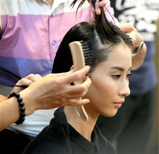 Hai gương mặt người mẫu mới Kim Chi và Hằng Nguyễn.