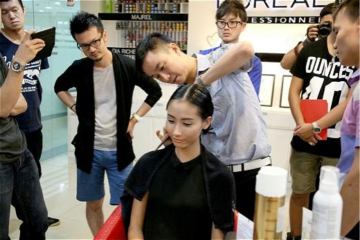 Tóc phải được kiểm tra tỉ mỉ trước khi trình diễn Lynk Fashioon Show.